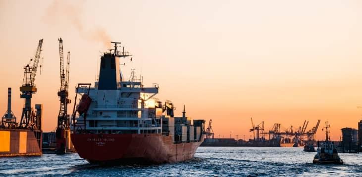 Buque de mercancías en puerto